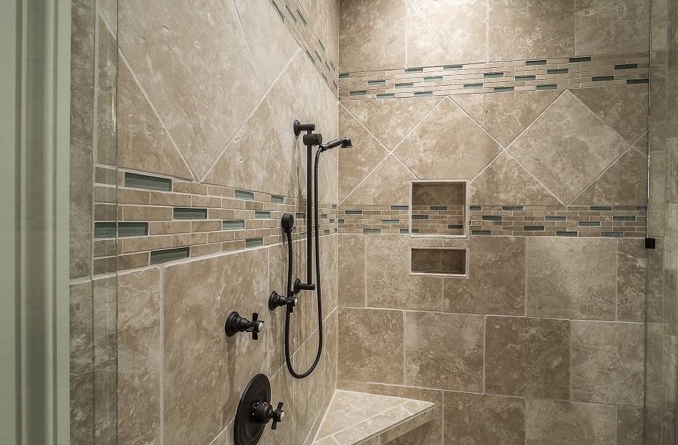 bañera por una ducha. Ducha con alicatado de piedra y grifería rústica