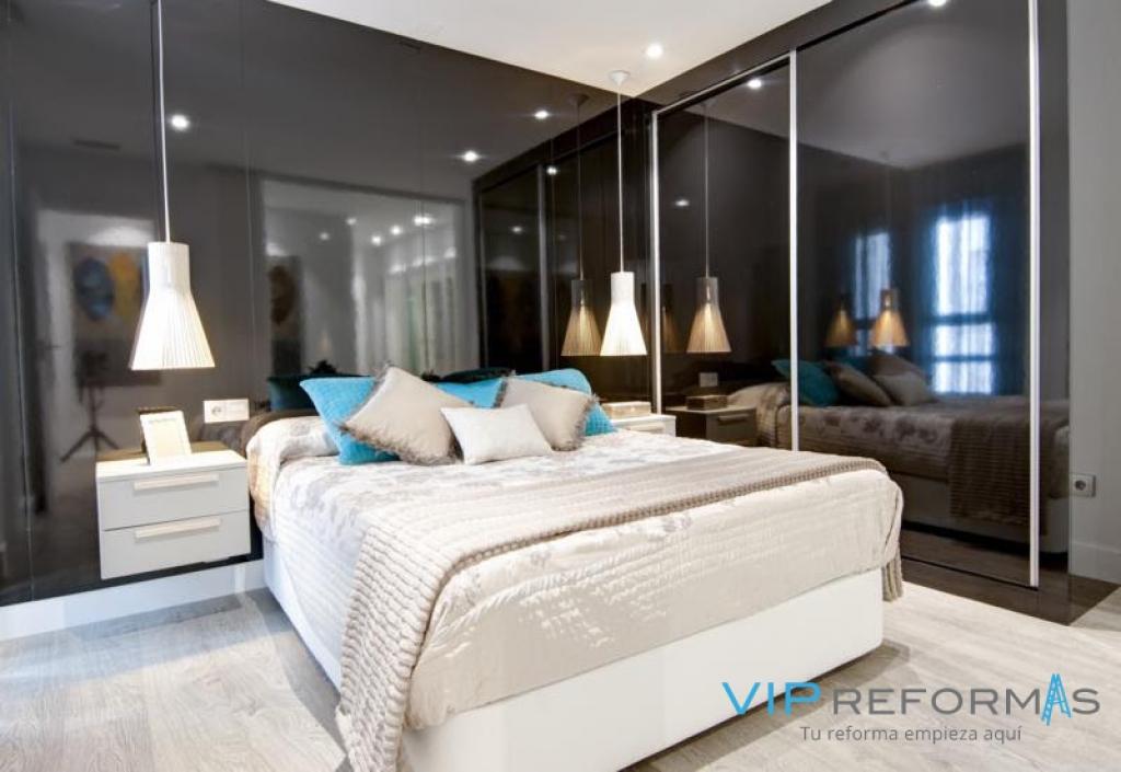 ReformasVip. Dormitorio de matrimonio con panel cabecero negro a juego con armario
