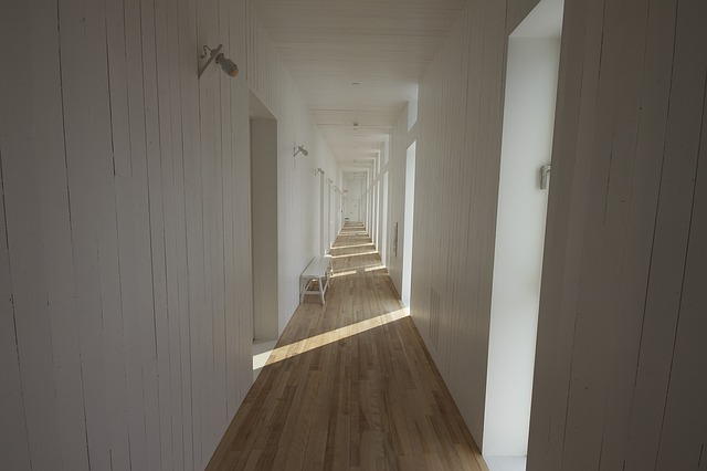 5 consejos sobre cómo dar luz natural a un pasillo oscuro
