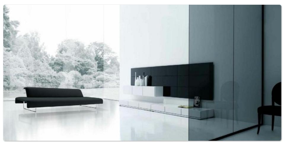 Zona de descanso con amplias cristaleras con decoracion minimalista
