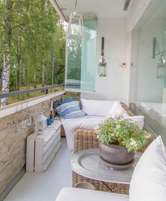 Reformar tu terraza. Terraza con cortina de vidrio y revestimiento de piedra