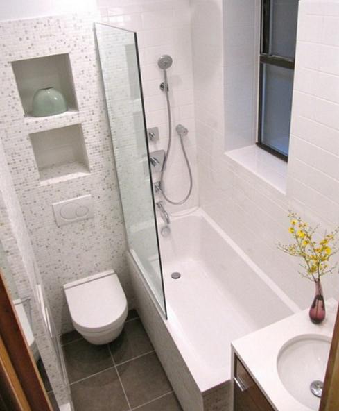reformar un baño pequeño. Aseo pequeño con pared de gresite y bañera