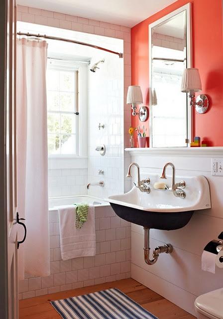 Reformar un baño pequeño. Baño pequeño con suelo de tarima