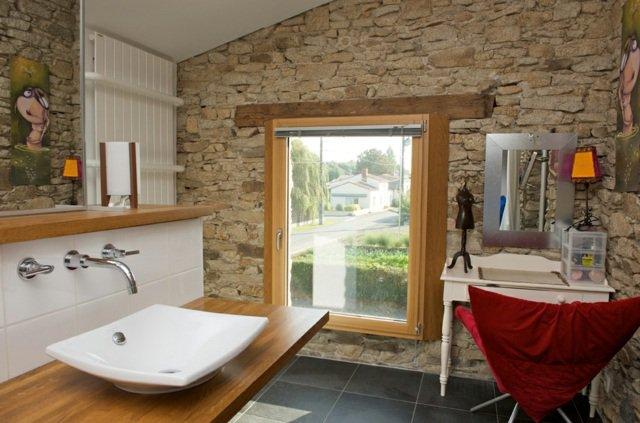 vue-fenetre-bois-salle-bain-pierres