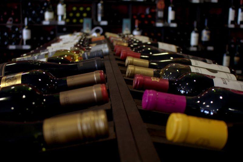 C mo hacer una vinoteca de madera para la bodega vipreformas - Como montar una vinoteca ...
